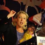 220px-Hénin-Beaumont_-_Marine_Le_Pen_au_Parlement_des_Invisibles_le_dimanche_15_avril_2012_(M)